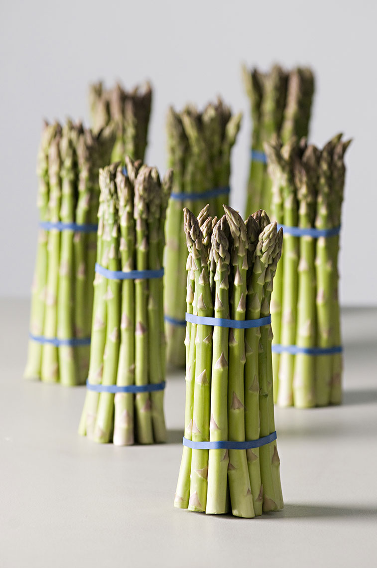 Beautiful-produce-photography-of-bunches-of-fresh-green-asparagus-standing-vertically-by-Joe-Atlas-food-photography.