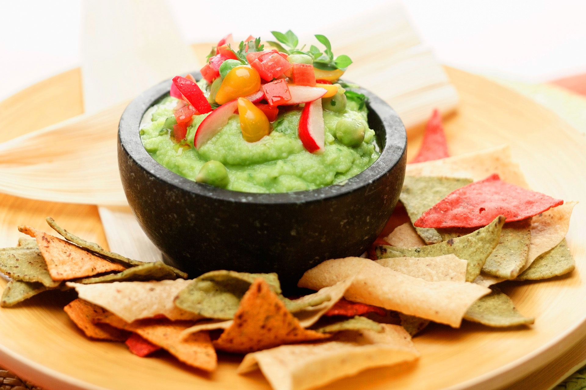 Beautiful-food-photography-of-garbanzo-guacamole-bean-dip