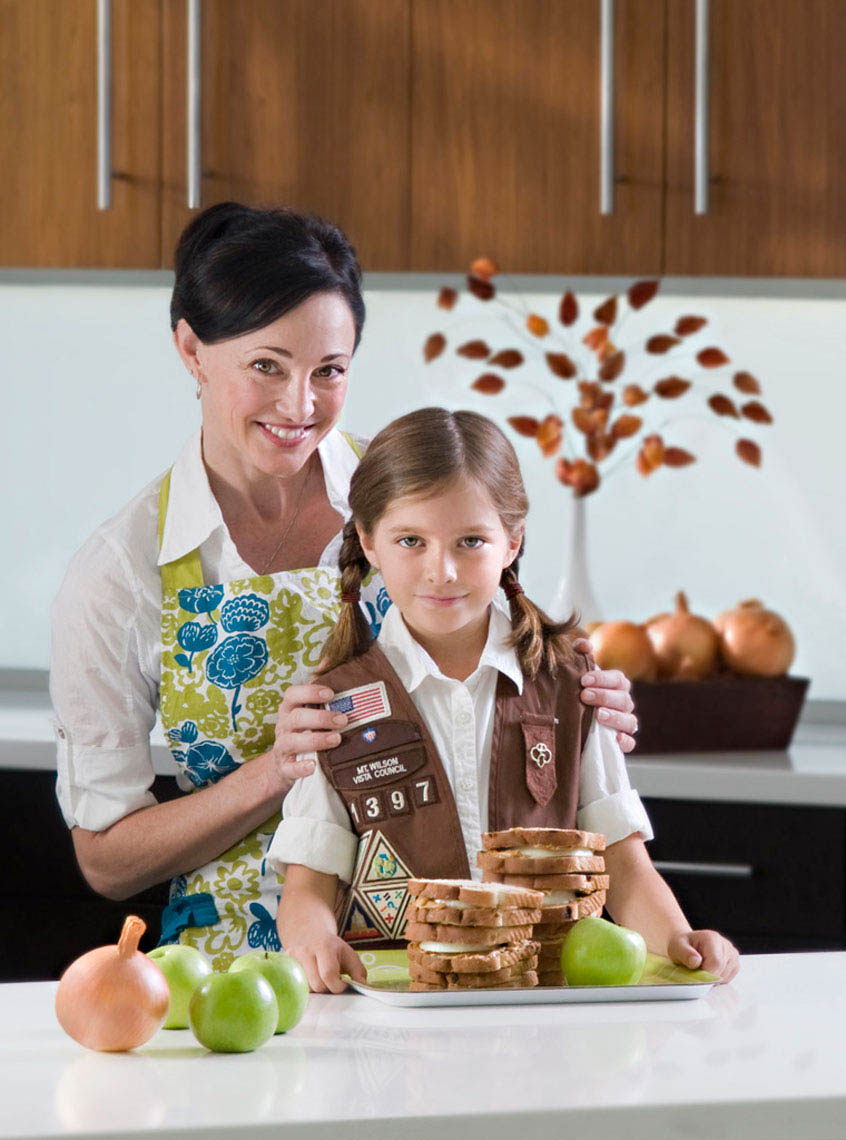 Mother-and-girl-scout-with-peanut-butter-and-onion-sandwiches-by-environmental-portrait-photographer-Joe-Atlas.