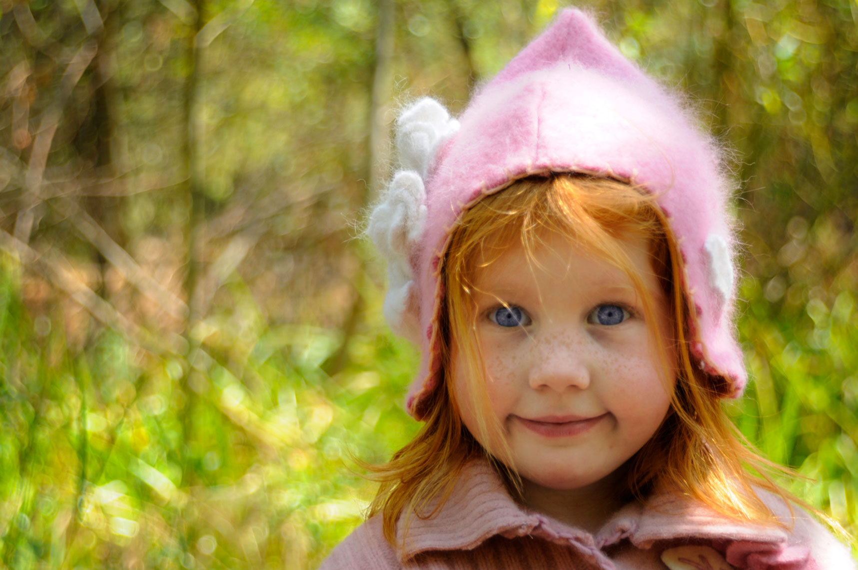 Portrait-of-young-girl-with-blue-eyes-and-red-hair-in-pink-hat