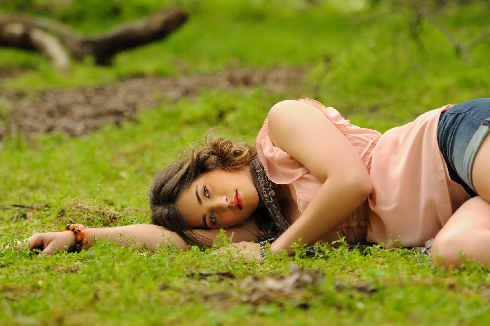 Environmental-portrait-photography-of-young-woman-lying-down-on-forest-floor